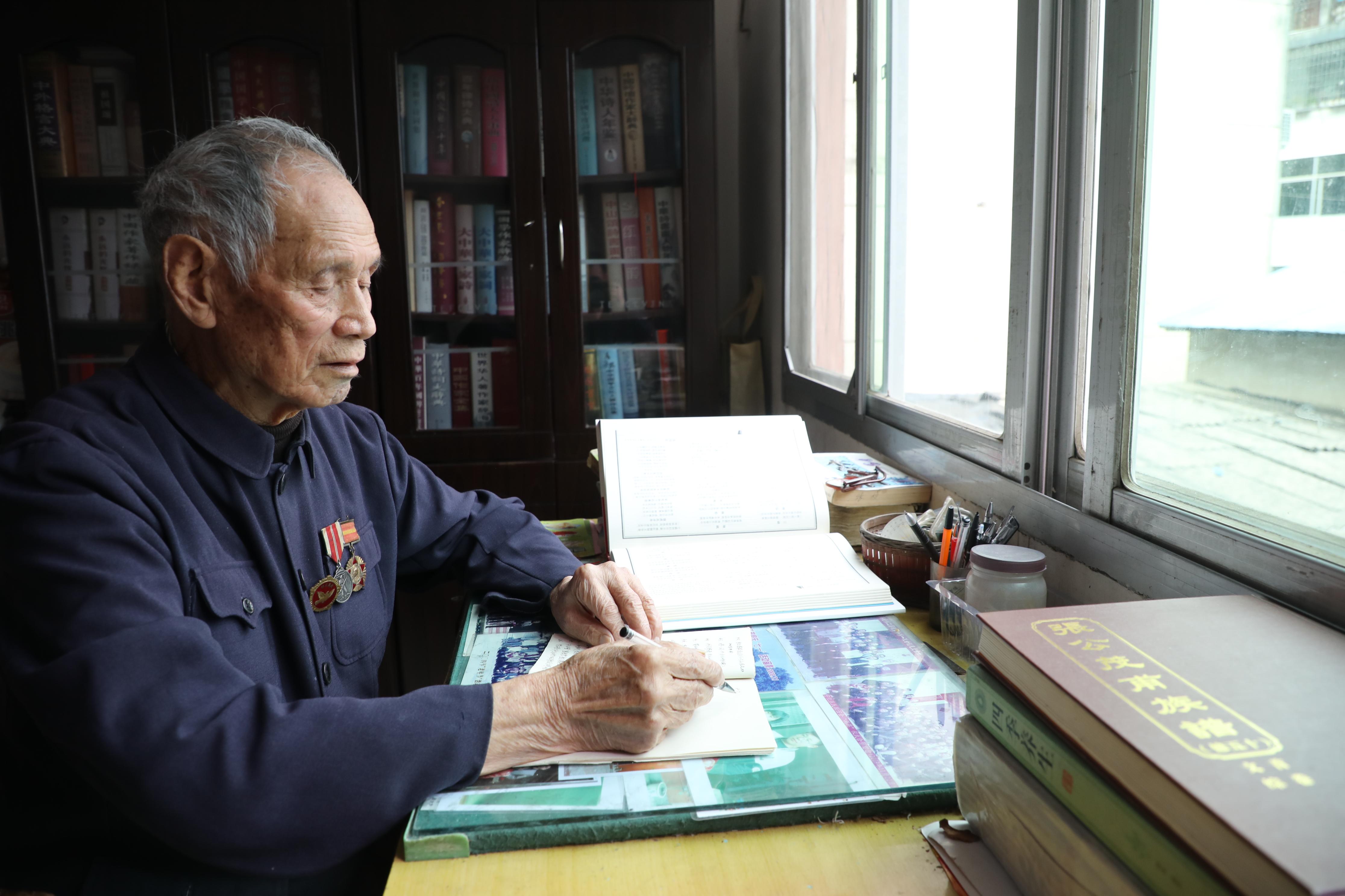 张桢撰写回忆录.JPG